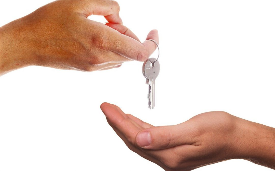 Give Key Receive Hand Keys  - Tumisu / Pixabay